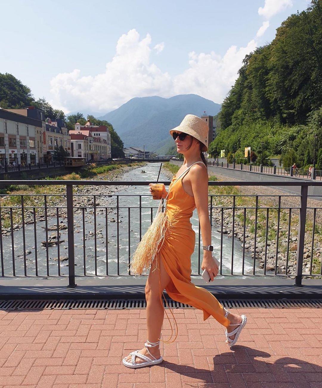 draped dress de Zara sur zarastreetstyle