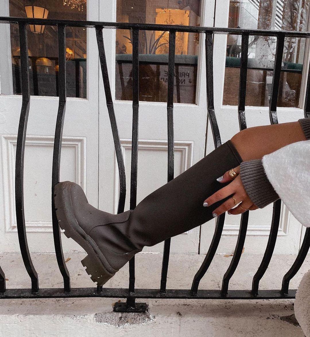 gummed flat boots de Zara sur zaraaddiction