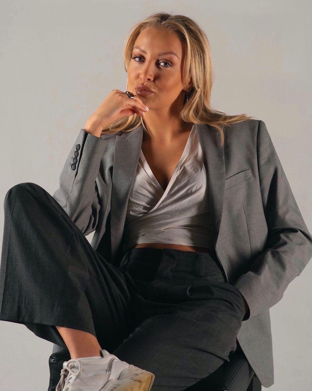 jacket with shoulder pads and slit de Zara sur zarastreetstyle
