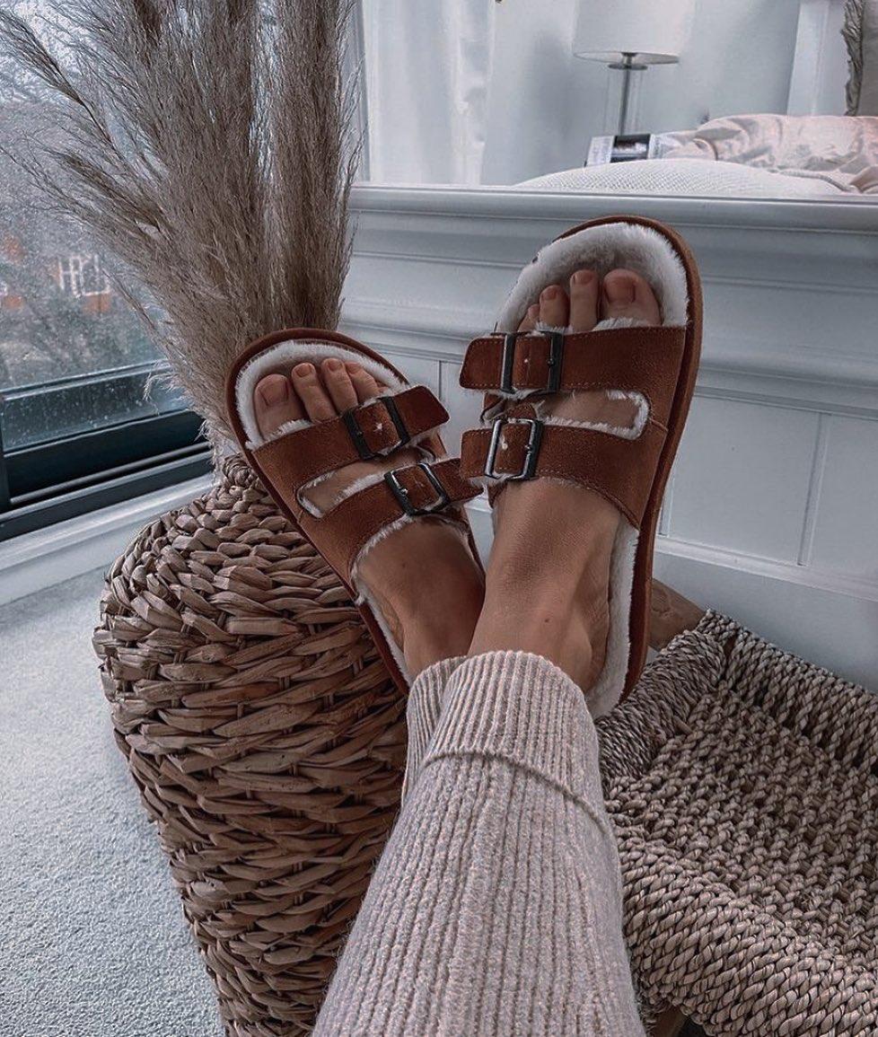 sheepskin effect leather flat sandal de Zara sur mangoooutfits