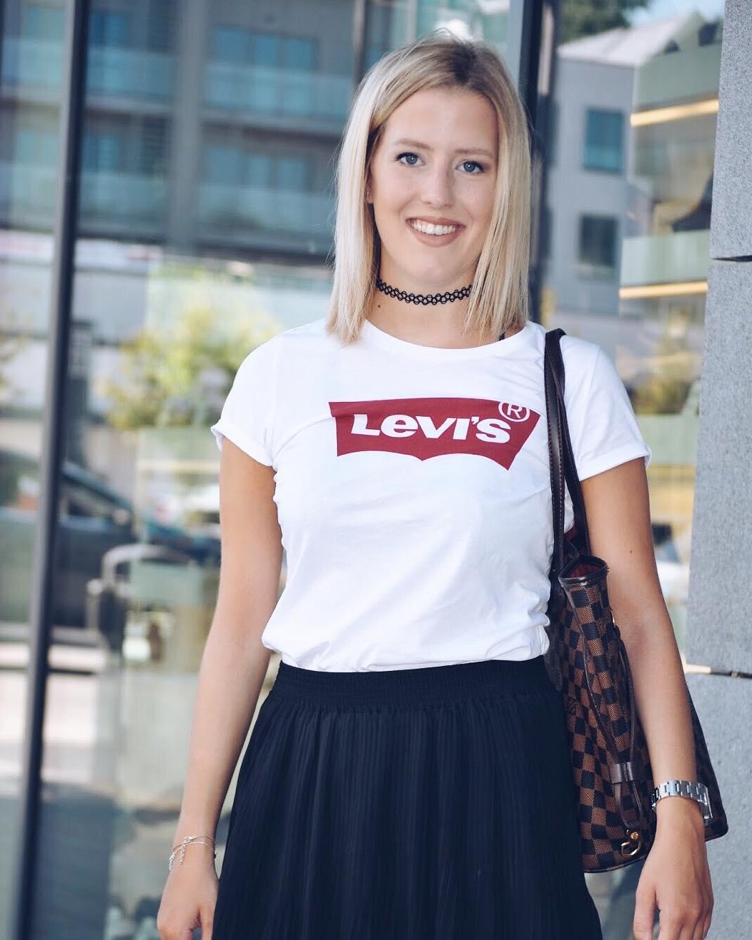 white levis t-shirt de Les Bourgeoises sur britishstylishblog