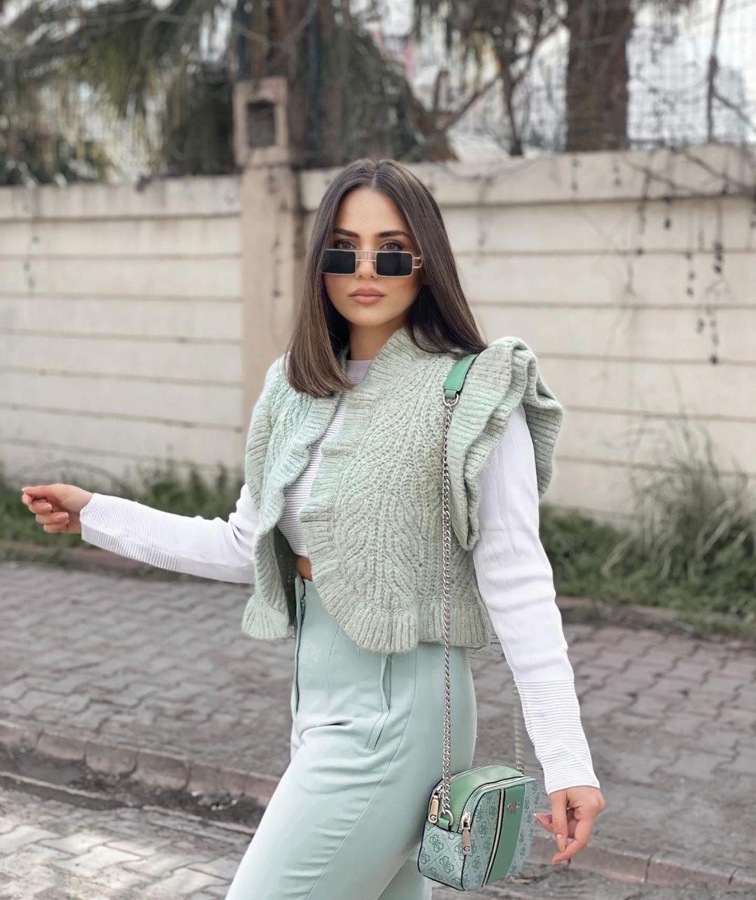 gilet sans manches ouvert à volants de Zara sur zara.outfits