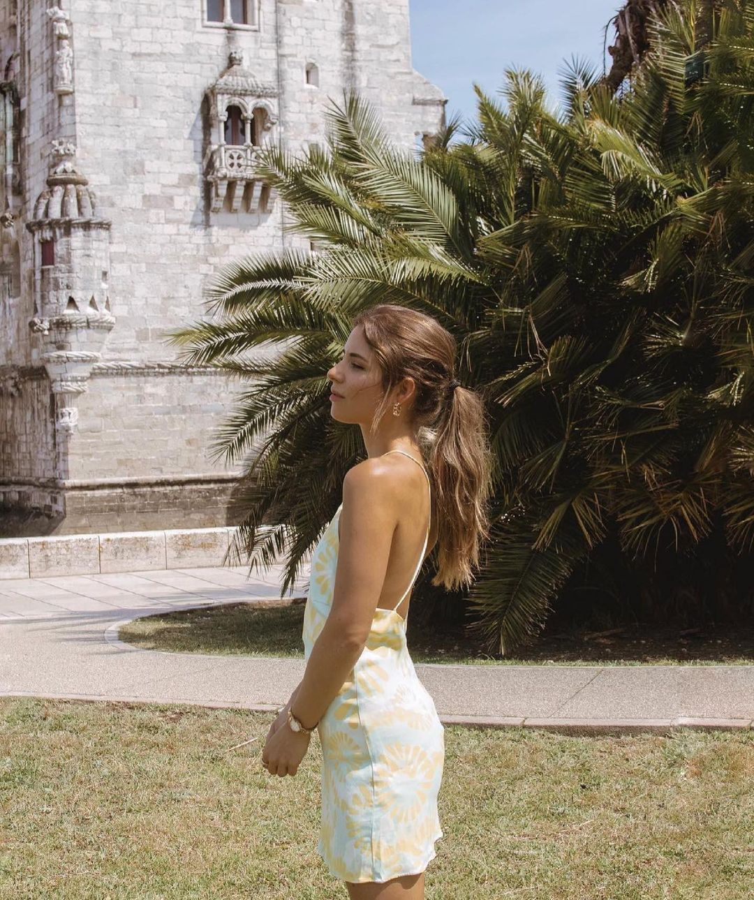 printed stand collar backless dress de Zara sur zara.outfits