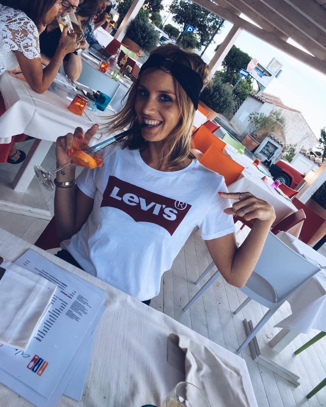 white levis t-shirt de Les Bourgeoises sur la_jolie_peste