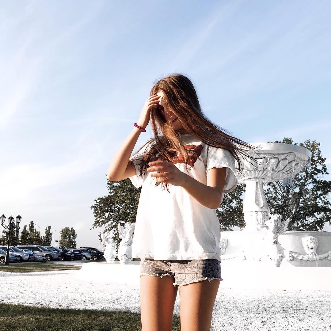 white levis t-shirt de Les Bourgeoises sur ikarasovska