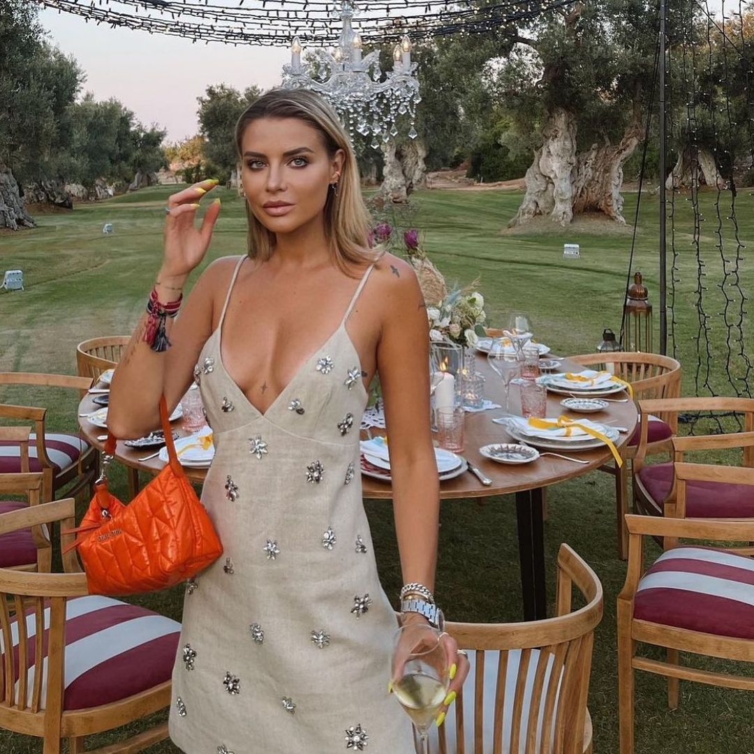 short dress with jewelry de Zara sur zara.mania