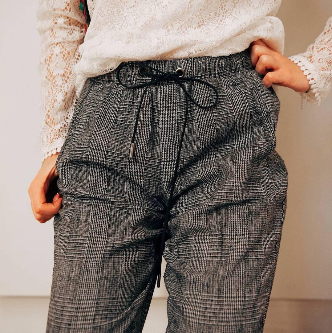 pantalon gris clair de Les Bourgeoises sur lesbourgeoisesofficiel