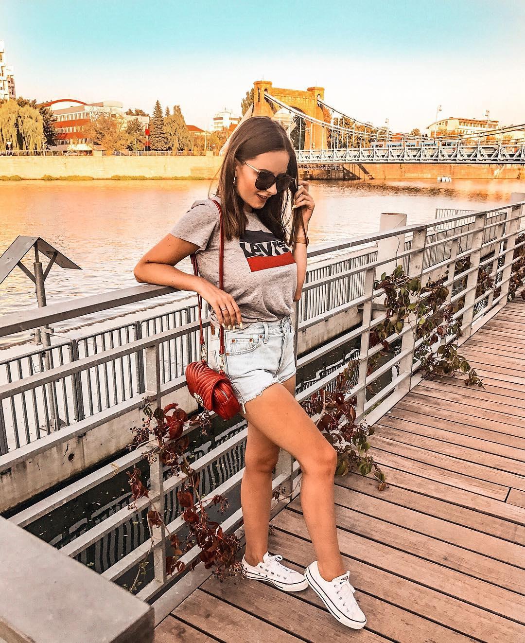 white girls levis t-shirt de Les Bourgeoises sur pozytywnie_naszkicowana
