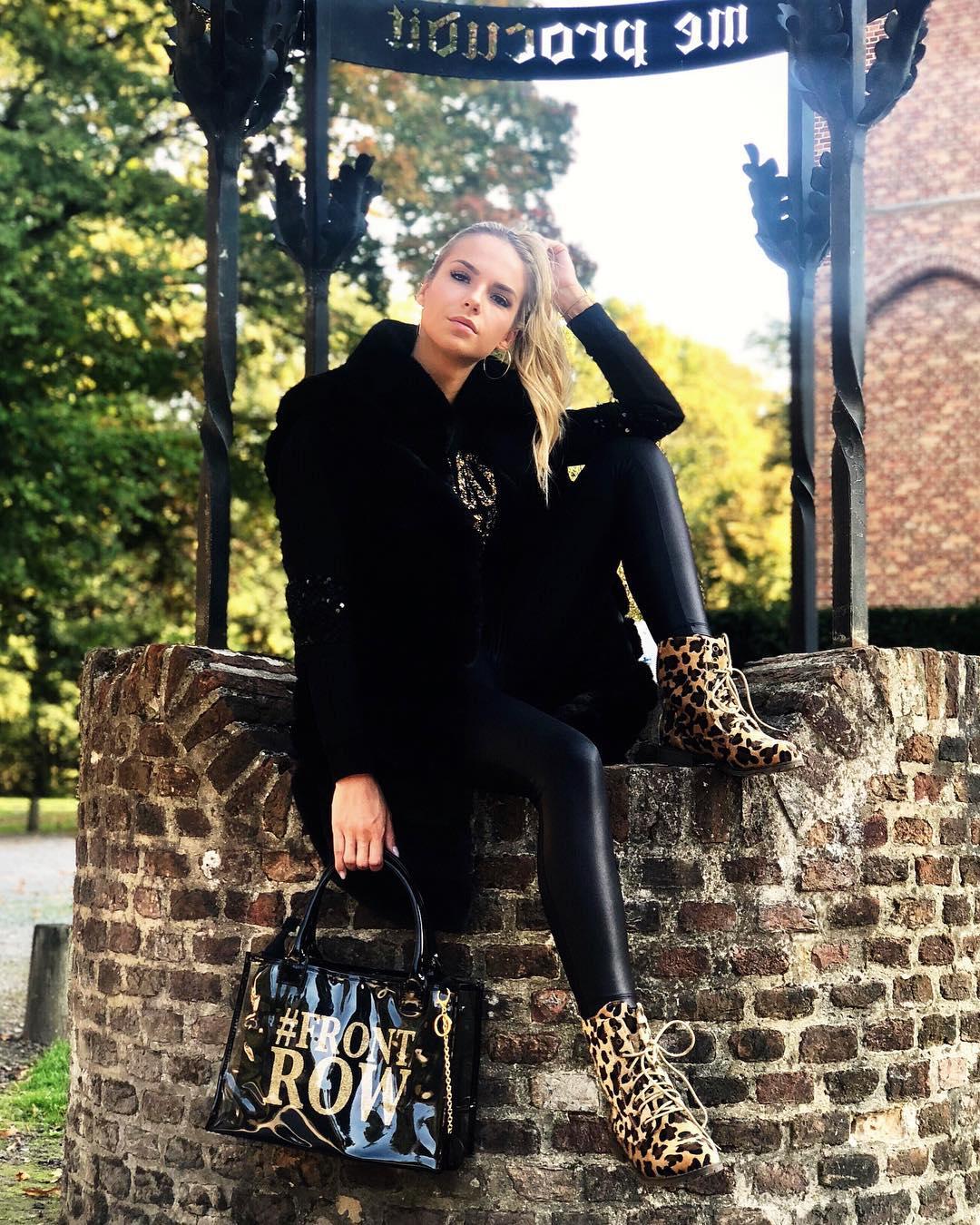 black sleeveless vest de Les Bourgeoises sur jottiverbruggen