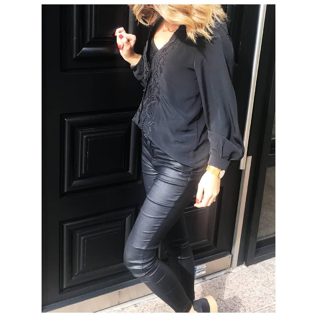 pantalon noir enduit de Les Bourgeoises sur little_miss_parisienne