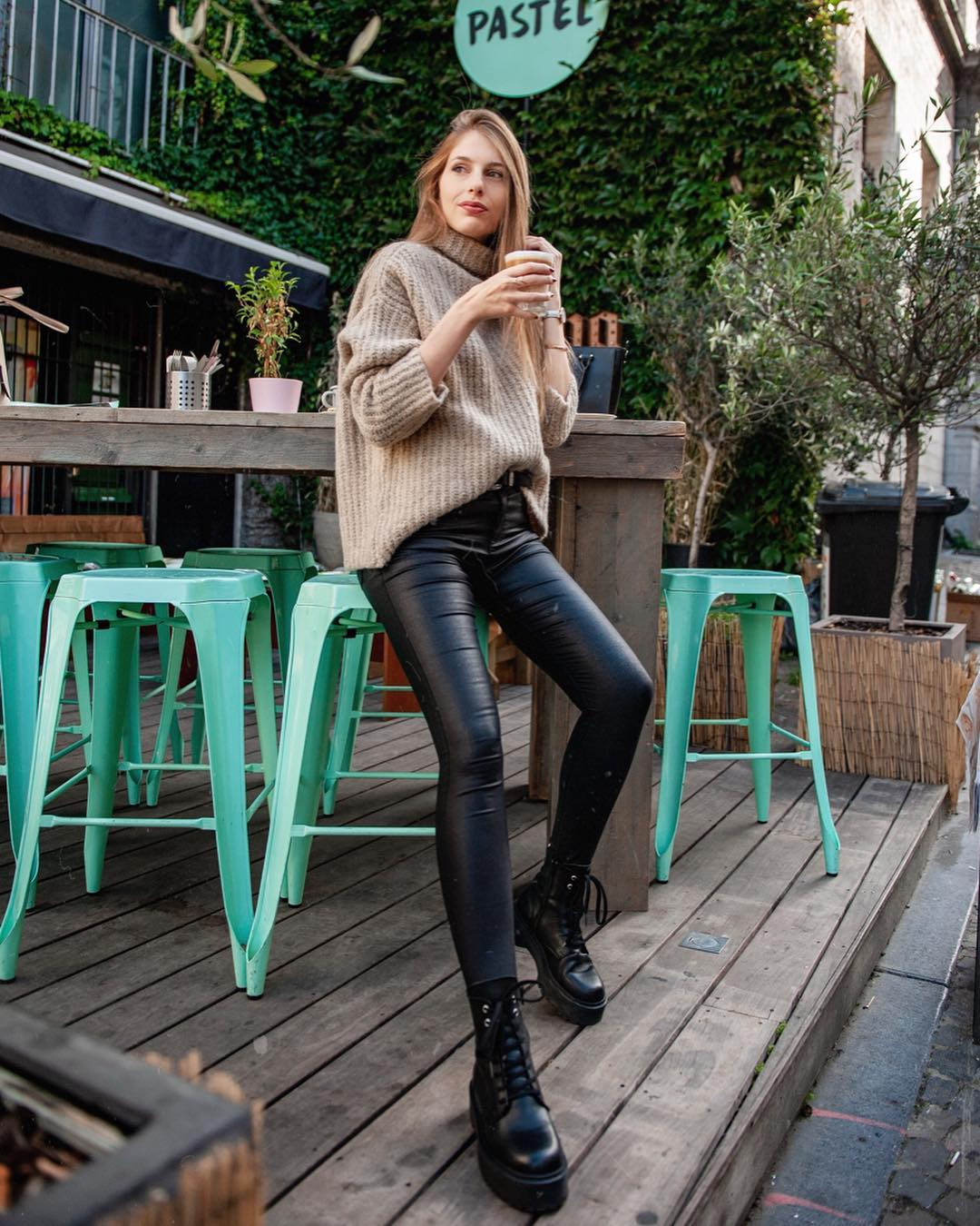 pantalon noir enduit de Les Bourgeoises sur marylicious_