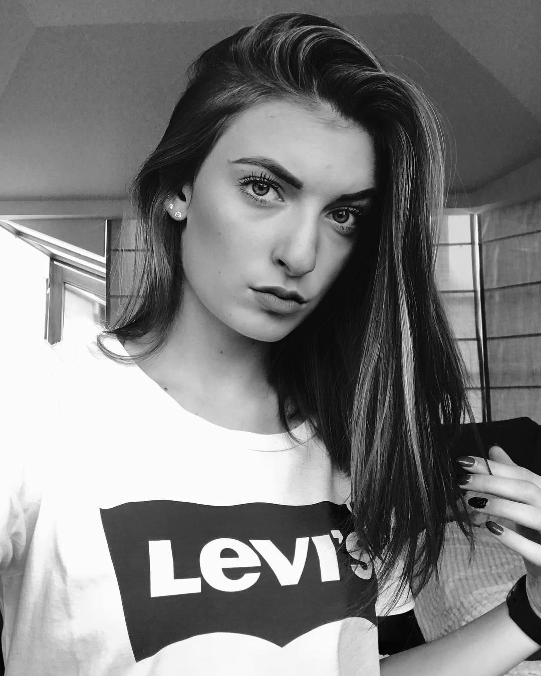 white levis t-shirt de Les Bourgeoises sur jadekonieczny_