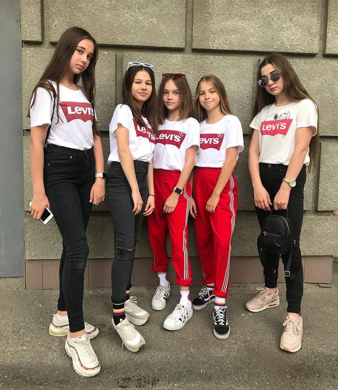 white levis t-shirt de Les Bourgeoises sur vikasolodchennko