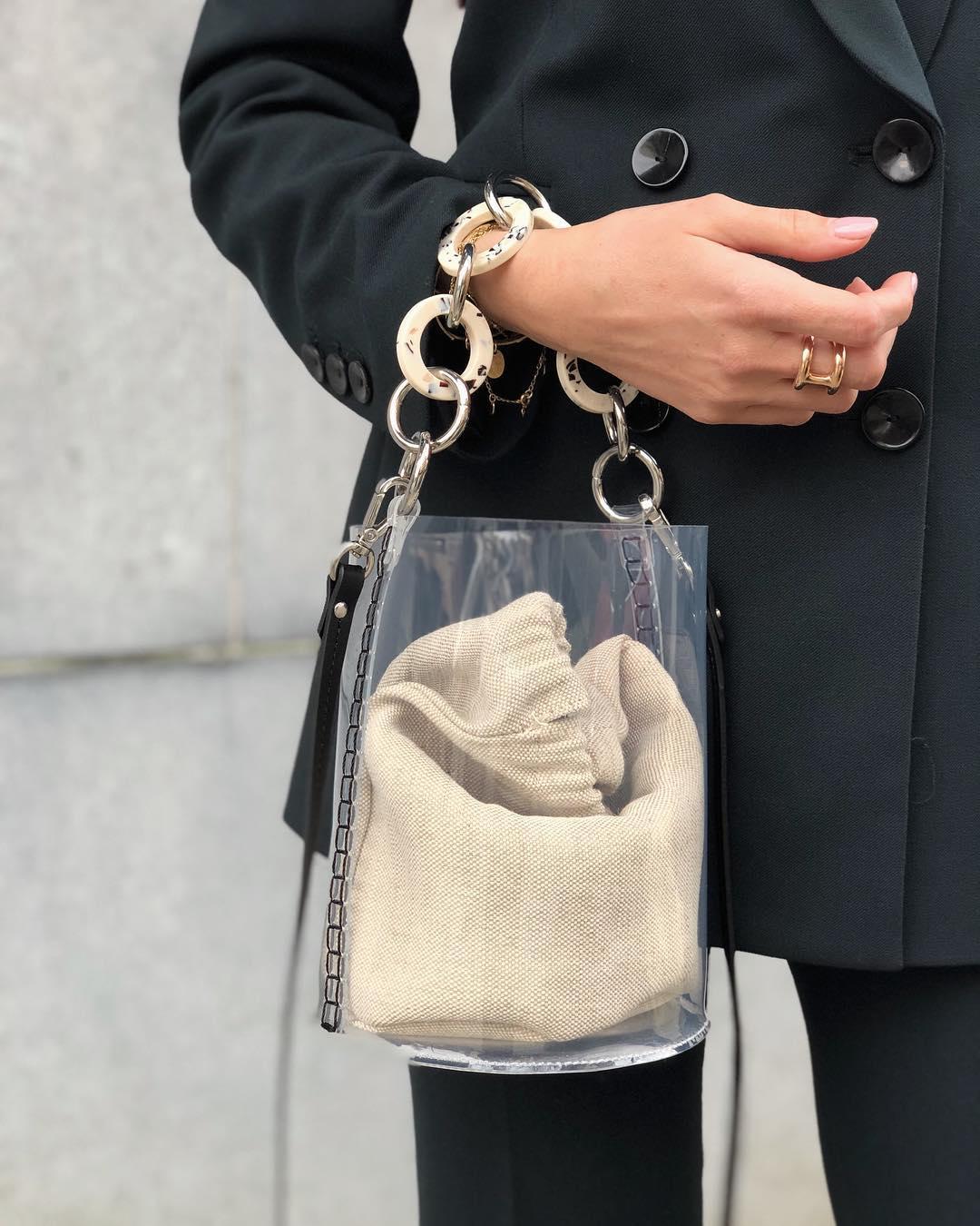 sac bandoulière en vinyle avec anses en écaille de Zara sur alisontoby