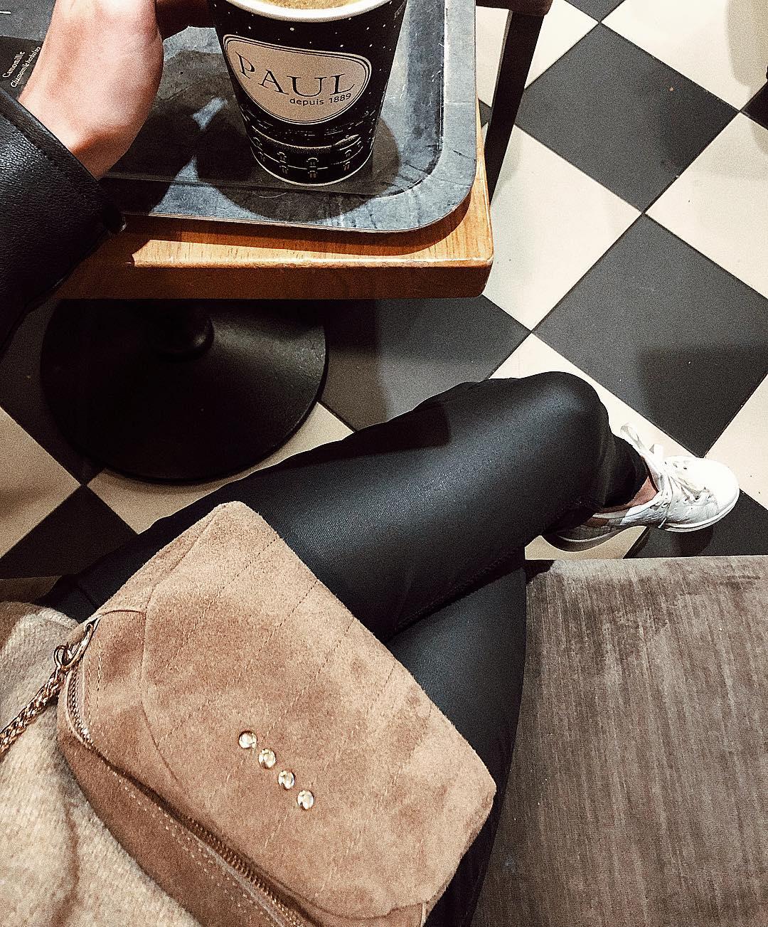 pantalon noir enduit de Les Bourgeoises sur chaaa_paris