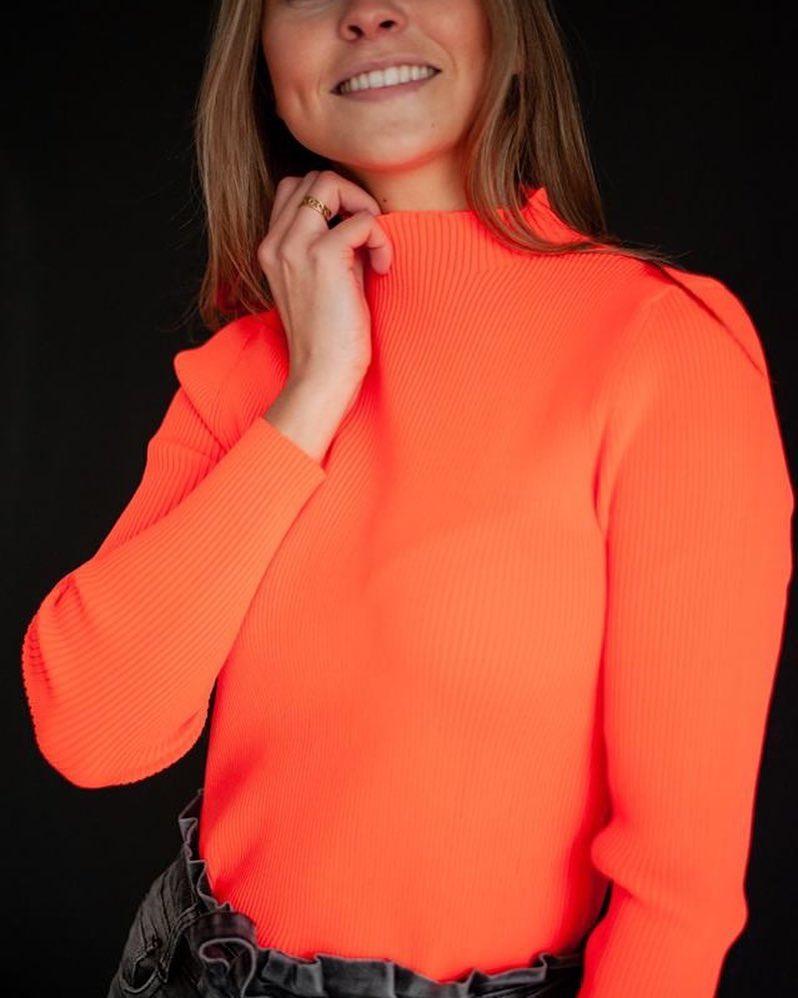 pull chaussette orange fluo de Les Bourgeoises sur scanlesbourgeoises