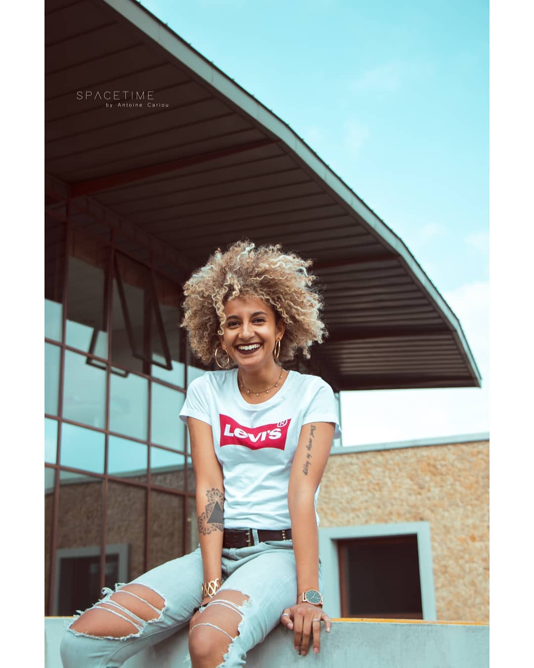 t-shirt levis blanc de Les Bourgeoises sur antoinecariou_portraits
