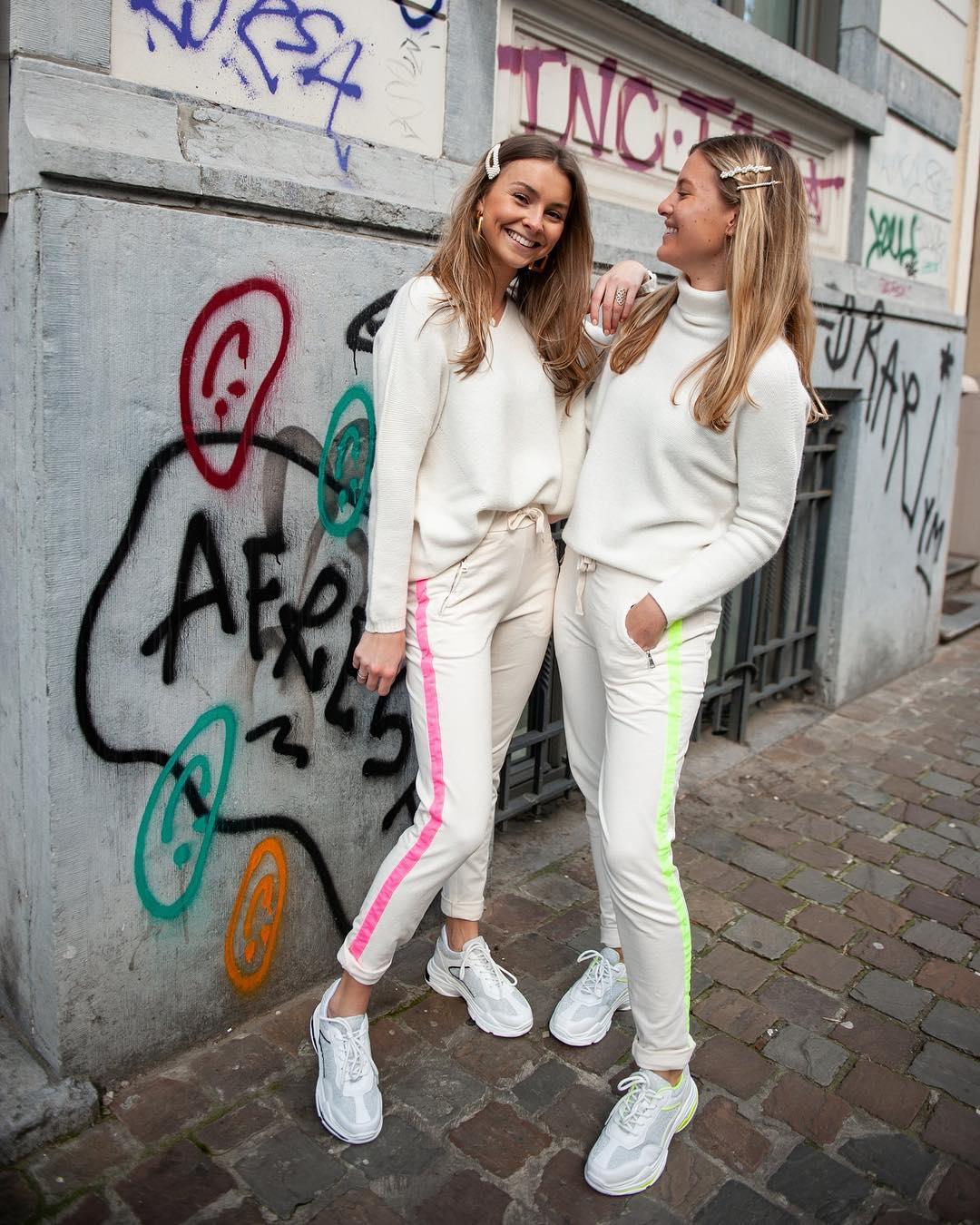 baskets blanches et noir de Les Bourgeoises sur scanlesbourgeoises
