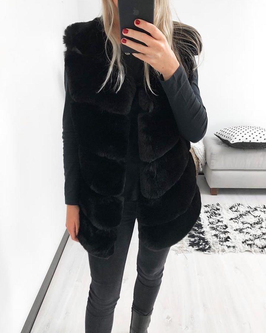 black sleeveless vest de Les Bourgeoises sur scanlesbourgeoises