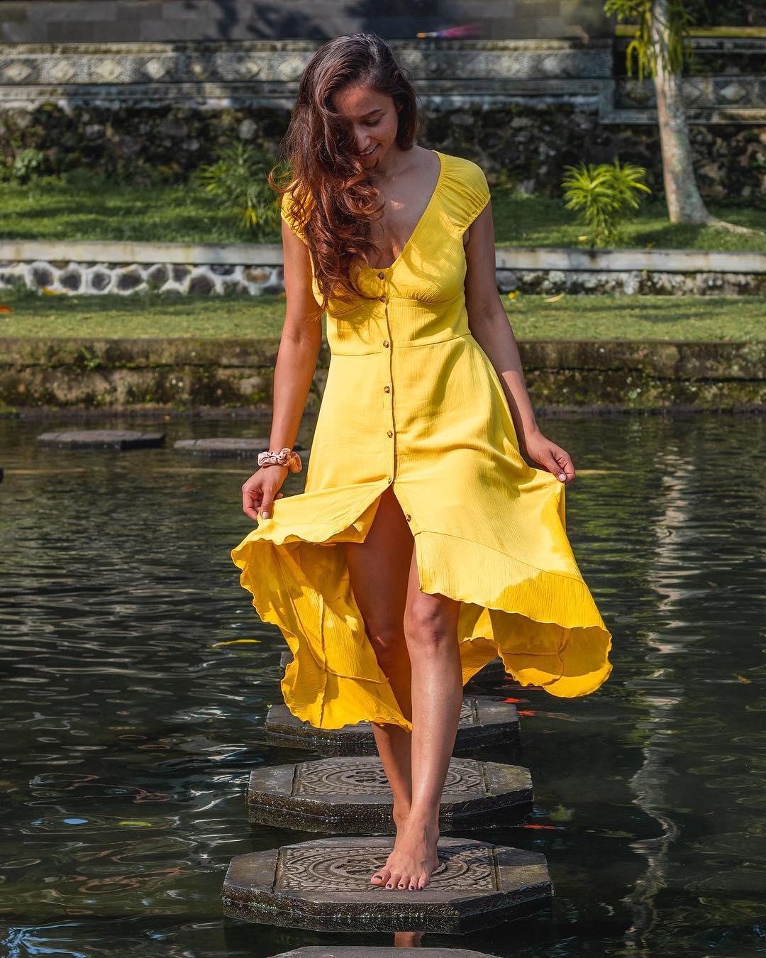 yellow buttoned midi dress de Pull and Bear sur travelwithmziexplor